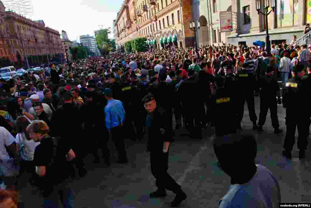 Up to a thousand people gathered, but were blocked by Minsk police.
