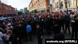 """Участники флэшмоба """"Революция через социальные сети"""""""