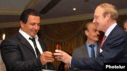 Միջազգային Եվրոպական շարժման Գլխավոր քարտուղար Հենրիկ Կրոները Գագիկ Ծառուկյանին է հանձնում մրցանակը