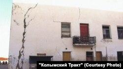 Трещина в стене одного из зданий в Магадане