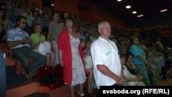 Багата тых, хто прыйшоў на канцэрт, слухалі гімн «Магутны Божа» стоячы.