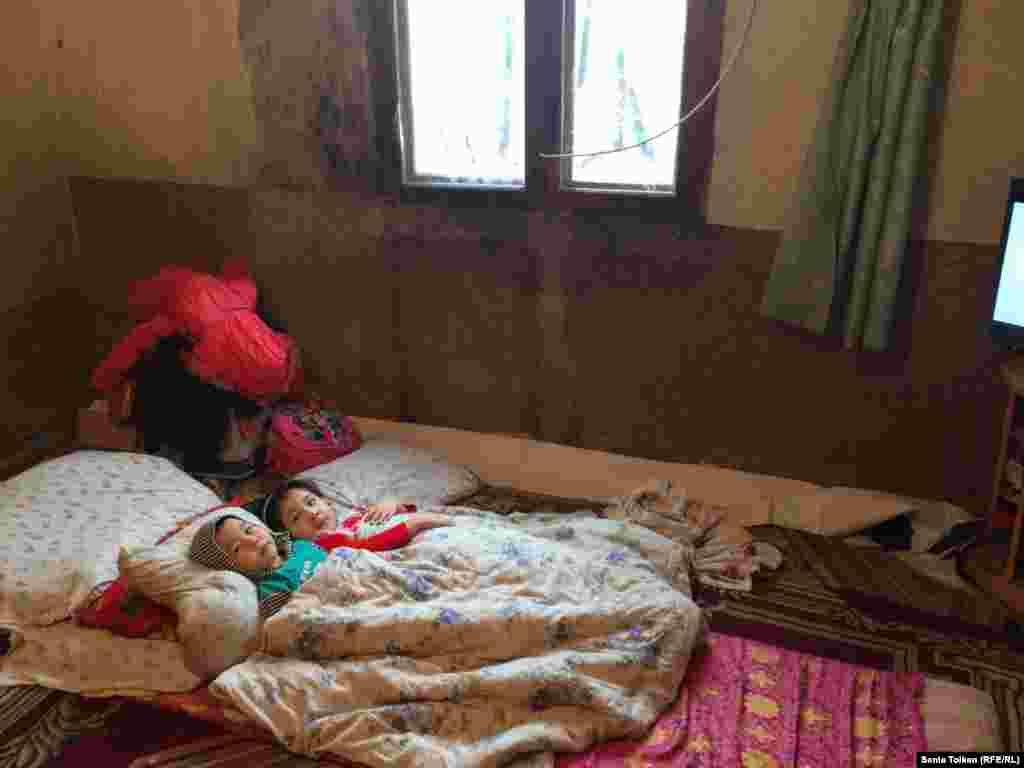 Из-за сырости и затхлого запаха, по словам Айгуль Жангалиевой, заболели четверо ее детей школьного возраста.