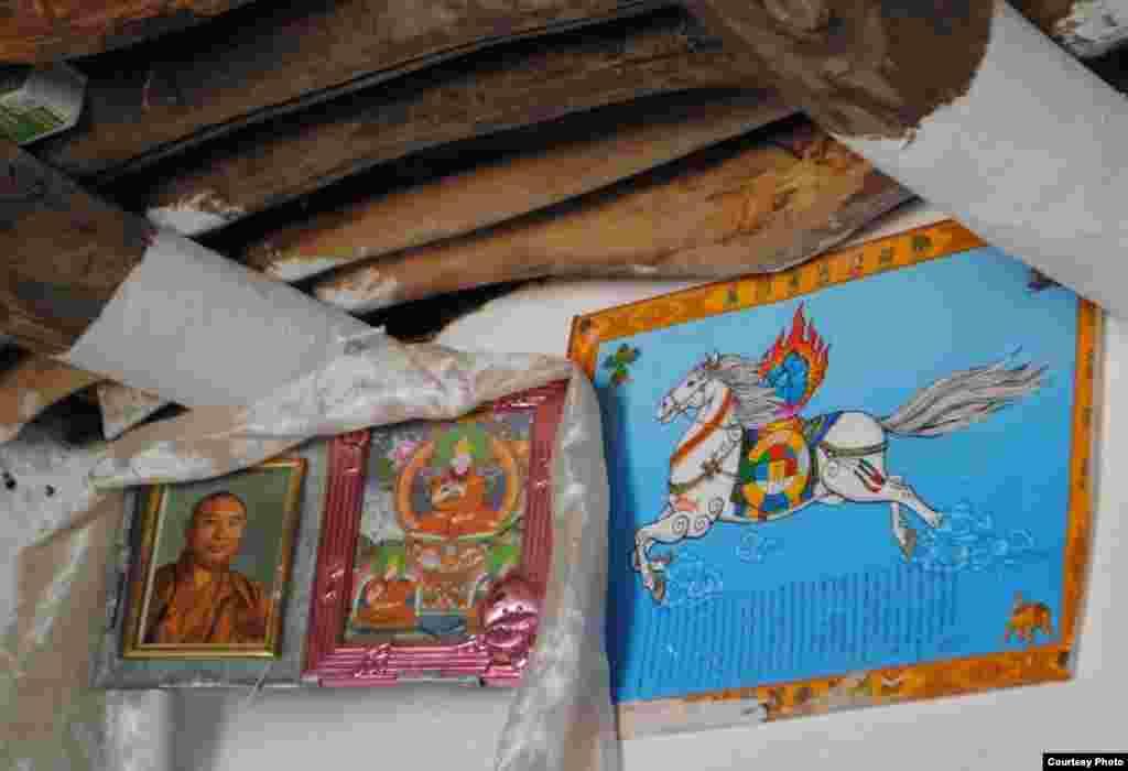 Внутреннее убранство дома кыргыза-буддиста с религиозными атрибутами