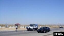 Транспортные инспектора на одной из автотрасс Азербайджана