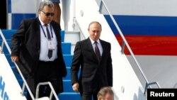 Mərhum səfir Karlov prezident Putini İstanbulda qarşılayarkən. 10 oktyabr 2016