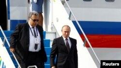 Президент России Владимир Путин и ныне покойный посол РФ в Турции Андрей Карлов. Фото сделано в октябре этого года.