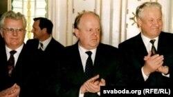 Леанід Краўчук, Станіслаў Шушкевіч і Барыс Ельцын пасьля падпісаньня Белавескіх пагадненьняў.