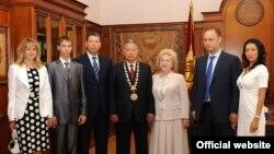 Мурдагы президент Курманбек Бакиевдин үй-бүлөсү.