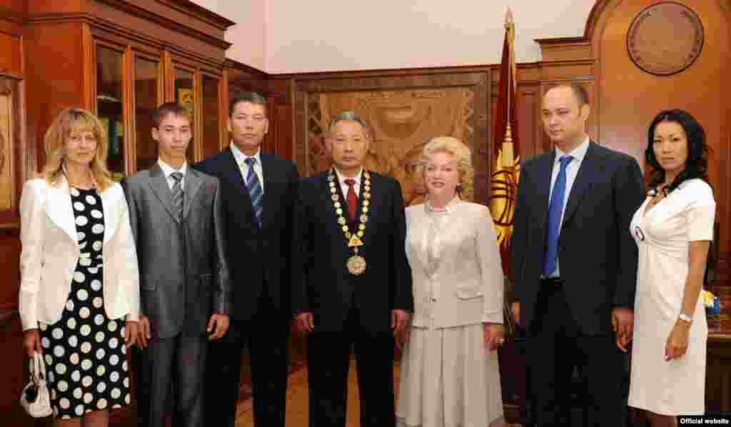 Официальная семья экс-президента КР Курманбека Бакиева. Фото сделано во время президентских выборов в 2009 году.
