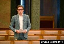Bánki Erik, a Fidesz képviselője szólal fel 2020. június 11-én.