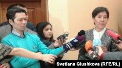 Денсаулық сақтау және әлеуметтік даму министрі Тамара Дүйсенова (оң жақта) журналистерге сұхбат беріп тұр.