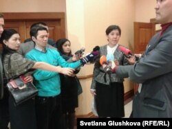 Министр Тамара Дүйсенова (ортада) журналистерге сұхбат беріп тұр. Астана, 26 ақпан 2014 жыл.