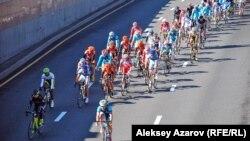 Участники международной велогонки Tour of Almaty. Алматы, 5 октября 2014 года
