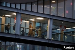 Oamenii care au fost evacuați din Afganistan ajung la aeroportul Roissy Charles-de-Gaulle, 18 august 2021
