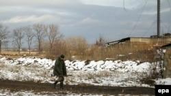 Проросійський бойовик патрулює лінію розмежування сторін у селищі Зайцеве, 6 грудня 2015 року