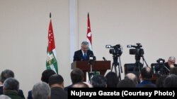 Президент решил сообщить о своем решении публично, была организована встреча с представителями общественности, в которой участвовало более тысячи человек