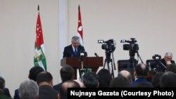 Сегодняшнее заседание сессии абхазского парламента, на котором президент Рауль Хаджимба выступал со своим ежегодным посланием, проходило на фоне акции протеста предпринимателей