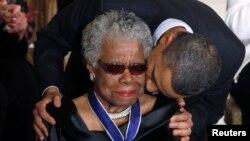 مایا آنجلو در حال دریافت مدال آزادی از باراک اوباما، رییس جمهوری آمریکا، ۲۰۱۱