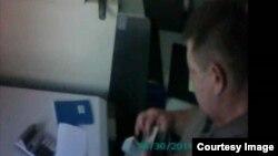Япониянинг Тошкентдаги элчихонасига яқин манбалар Озодликка юборган видеодан олинган кадр. (Озодликда бу видеонинг асл эканини тасдиқловчи маълумотлар йўқ.)