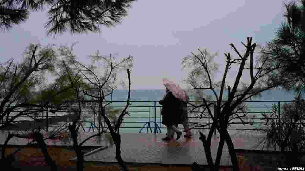 На набережній біля пансіонату «Блакитна хвиля» («Голубая волна»)