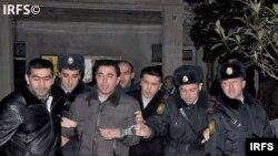 Рашадат Ахундов (в наручниках)