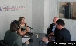 Михайло Горбачов в московському бюро Радіо Свобода під час ефіру програми «Обличчям до обличчя», серпень 2001-го