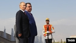 Russian President Vladimir Putin (left) and Tajik President Emomali Rahmon during a welcoming ceremony in Dushanbe on October 5.
