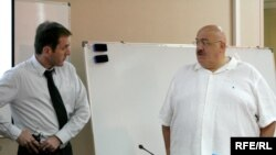 """კახა ბაინდურაშვილი, ფინანსთა მინისტრი (მარცხნივ) და კახა ბენდუქიძე, """"თავისუფალი უნივერსიტეტის"""" წარმომადგენლობითი საბჭოს თავმჯდომარე. საგადასახადო კოდექსის პროექტის განხილვა, 22 ივნისი 2010 წ."""