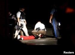 پلیس میگوید فرد مجروح شده به سوی آنها تیراندازی کرده است، پدر این فرد میگوید او مسلح نبود