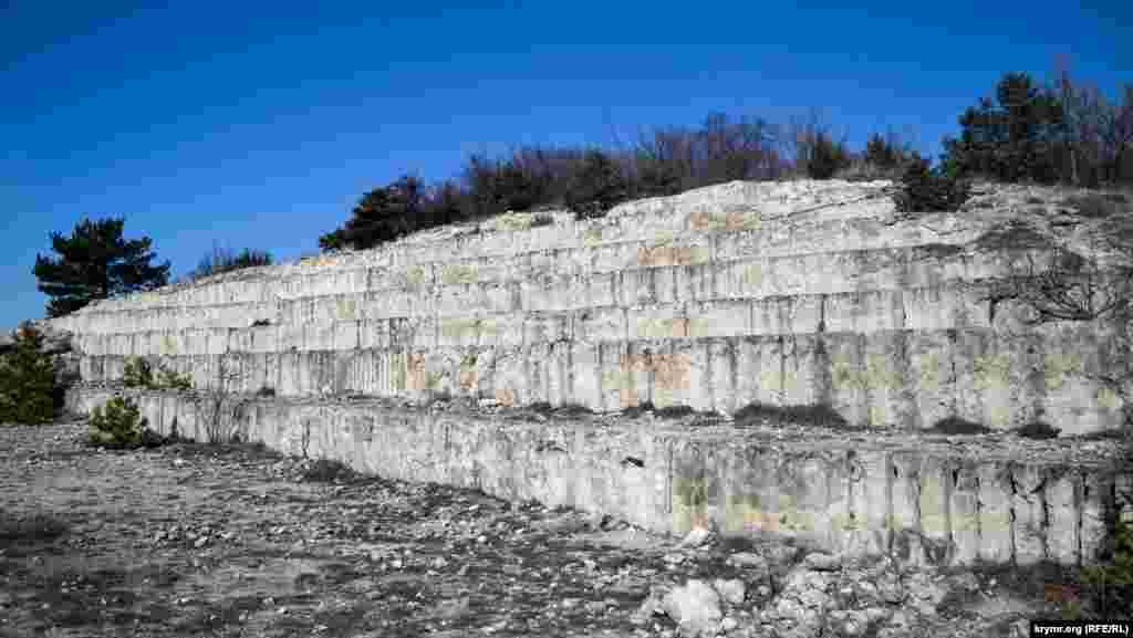 Когда-то здесь был карьер по добыче камня из известняка