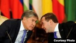 Президент Кыргызстана Алмазбек Атамбаев и президент России Дмитрий Медведев.