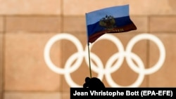 Парчами Русия дар дасти як мухлис