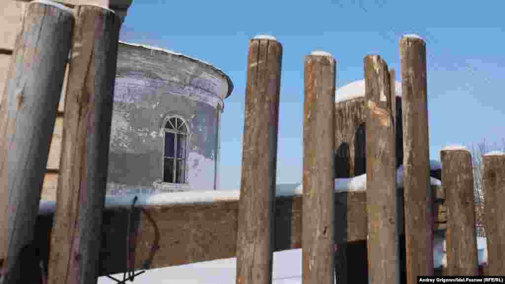 Забор при строительстве широкой магистрали через село придётся сдвинуть ближе к старинному храму, уверяют местные жители. Переживёт ли храм масштабные работы по соседству, вопрос.