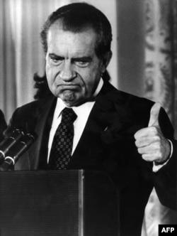 Президент Никсон после объявления о своей отставке в связи с Уотергейтским делом