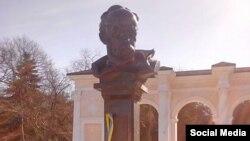 До пам'ятника Шевченку в Сімферополі прикріпили стрічку з кольорами українського прапора, 9 березня 2015 року