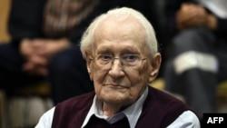 Оскар Гроунинг, бывший сотрудник нацистского лагеря Освенцим, в зале суда. Люнебург, 15 июля 2015 года.