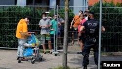 В жилищна сграда в Гьотинген 700 души са били поставени под карантина, но близо 200 са се опитали да излязат от нея, което е довело до сблъсъците с полицията