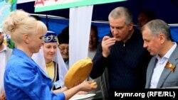"""Ukrayna, Krım, Baxçasaray. Krımın hazırkı """"başçısı"""" Sergey Aksenov və """"Dövlət Katibi"""" Vladimir Konstantinov."""