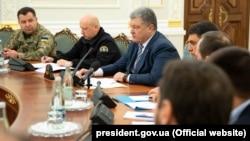 Петро Порошенко (в центрі) на засіданні Радин національної безпеки і оборони