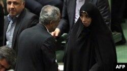 Вице-президент Элхам Аминзаде парламентте депутатпен сөйлесіп тұр. Тегеран, 12 тамыз 2013 жыл.