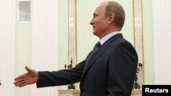 Владимир Путин приветствует в Кремле Дидье Буркхальтера