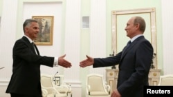 Президент России Владимир Путин приветствует в Кремле президента Швейцарии Дидье Буркхальтера. Москва, 7 мая 2014 года.