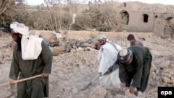 برخی از ساکنان ولایت فراه در میان خرابه خانه شان پس از بمباران ارتش آمریکا