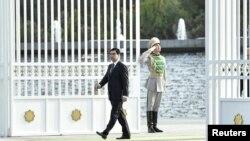 Президент Туркменистана Гурбангулы Бердымухамедов выходит из ворот своей резиденции, чтобы встретить иностранного гостя. Ашгабат, 29 октября 2015 года.