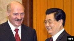 За апошнія 17 гадоў Аляксандар Лукашэнка зрабіў 4 візыты ў Кітай. (На фота — разам з кітайскім лідэрам Ху Цзіньтао ў жніўні 2008-га).