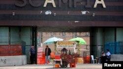 Ulični prodavac ispred željezničke stanice u Napulju, avgust 2013.