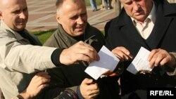 Васіль Лаўрынюк, Віктар Канцавенка і Мікола Статкевіч паляць свае пасьведчаньні