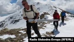 Планинарите од Аргентус Маунт носат материјал за внатрешна реконструкција на планинарската кула на Титов врв.