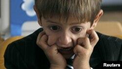 """Вопрос о том, стоит ли детям идти в первый класс в """"раннем"""" возрасте, многие родители обсуждали не раз и пришли к мнению, что ребенок не должен лишаться детства"""