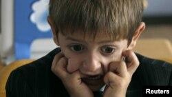 Исходя из психологии детей, чем больше запретов, угроз, тем больше это осложняет процесс. Первокласснику сложно объяснить, почему, если ему захотелось, он не может нарисовать солнце, и почему его накажут